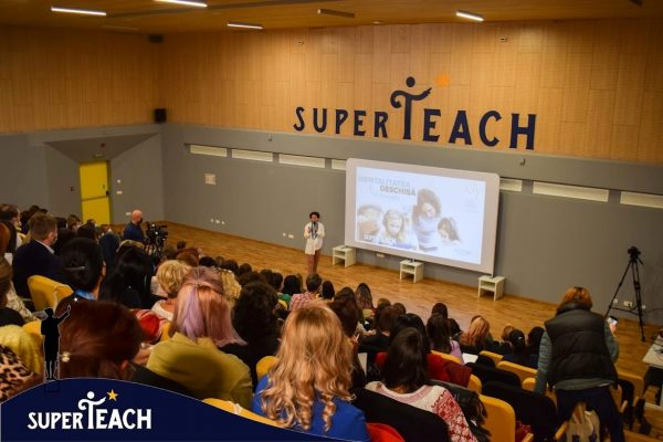 """SuperTeach Brașov, peste 150 de profesori prezenți în sală: ,,Cultura organizațională din școlile românești este una bazată pe frică. Haideți să schimbăm asta!"""""""